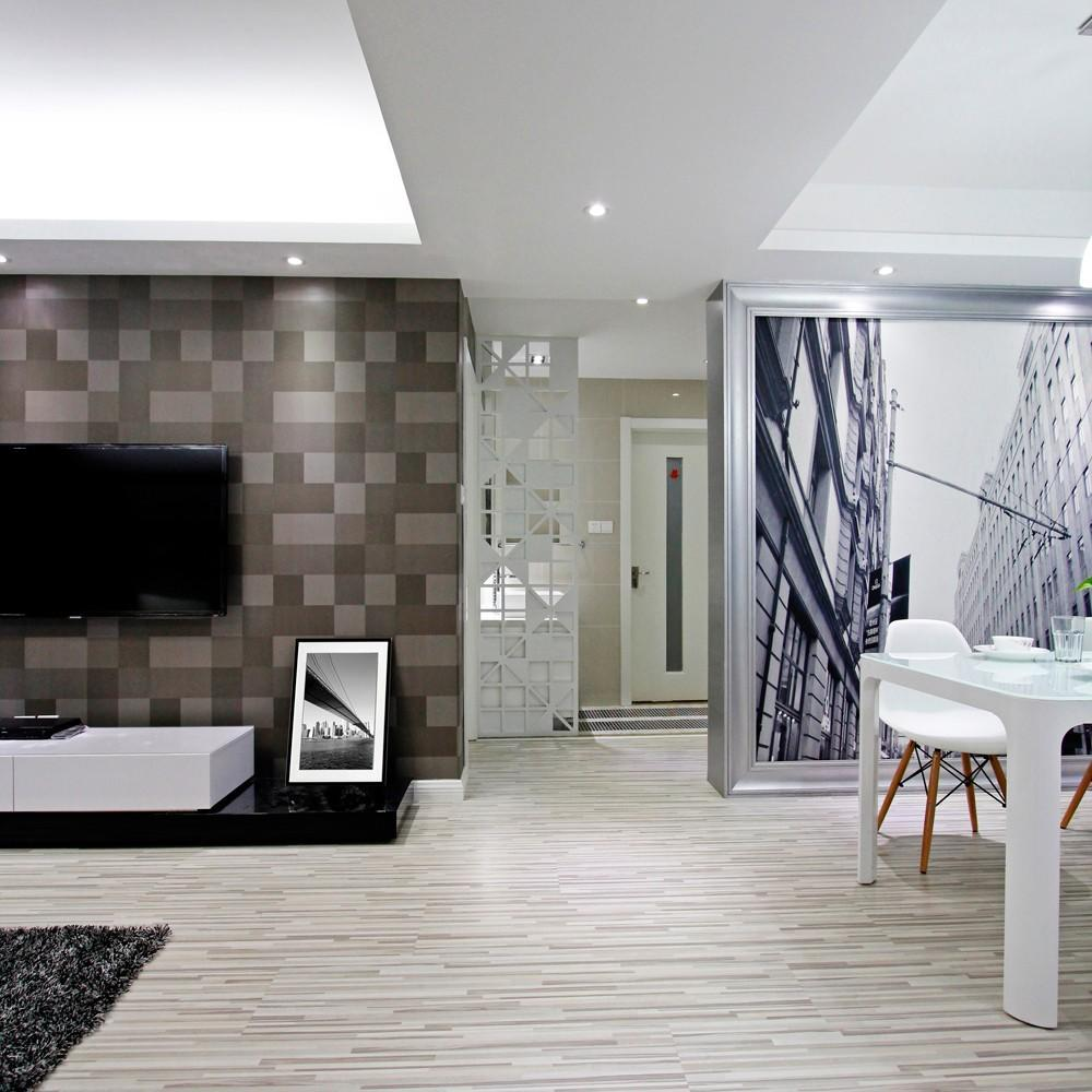 客厅的沙发边做了镜面效果,使得空间的增大了许多,走廊