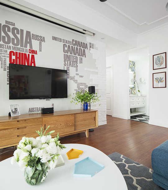 客厅专门配了投影仪,实现休息日或待客时看电影的闲暇时光,但小户型